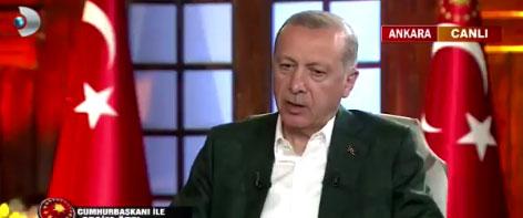 Erdoğan canlı yayında fısıltıyla sufle alıyor