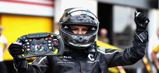 Suudi kadın direksiyon yasağının kalkışını F1 aracı kullanarak kutladı