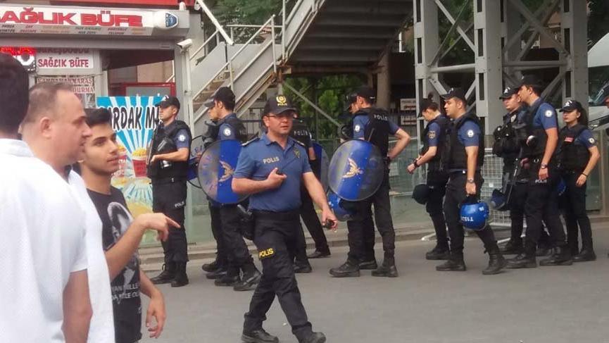 Polisten, 'YSK önünden ayrılın' anonsları!