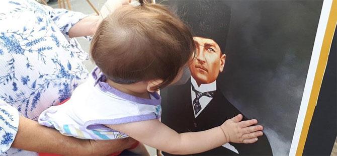 10 aylık bebeğin Atatürk sevgisi yürekleri ısıttı