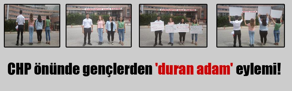 CHP önünde gençlerden 'duran adam' eylemi!