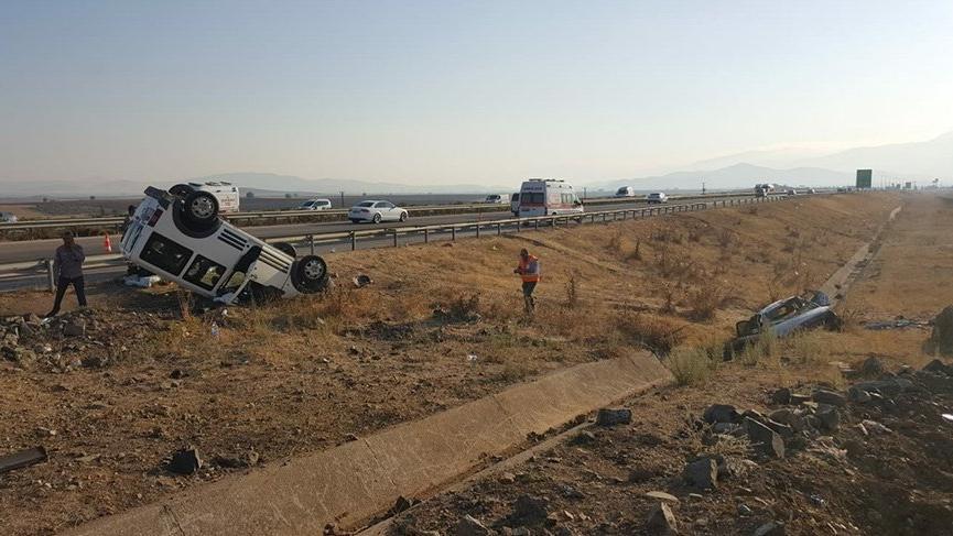 Kontrolden çıkan otomobil karşı şeritteki araca çarptı! 14 yaralı