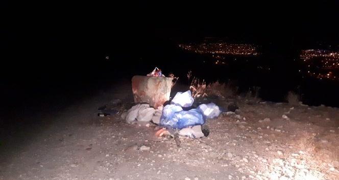 Türbe çevresindeki toplanmayan çöplere tepki