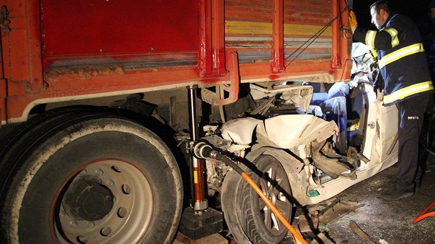 Kamyona arkadan çarpan otomobildeki 3 kişi hayatını kaybetti