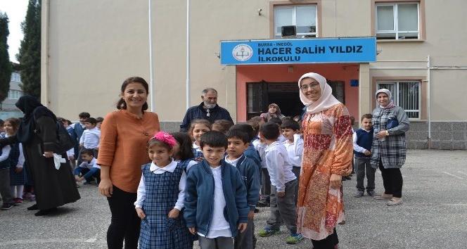 Dedeler ve nineler torunlarıyla okul bahçesinde oyun oynadı
