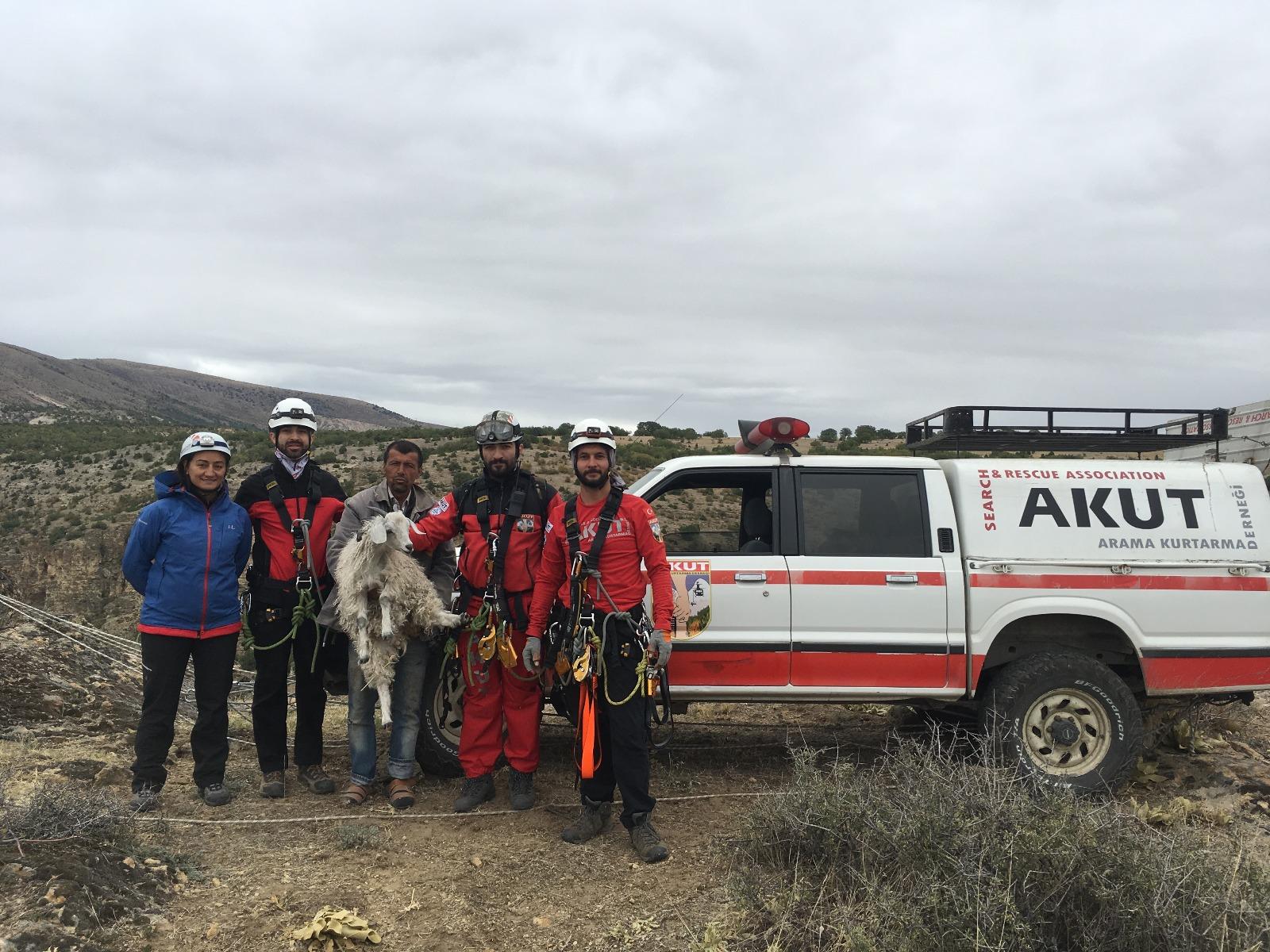 4 AKUT gönüllüsü mahsur kaldığı anlaşılan keçiyi teknik yöntemle kurtardı