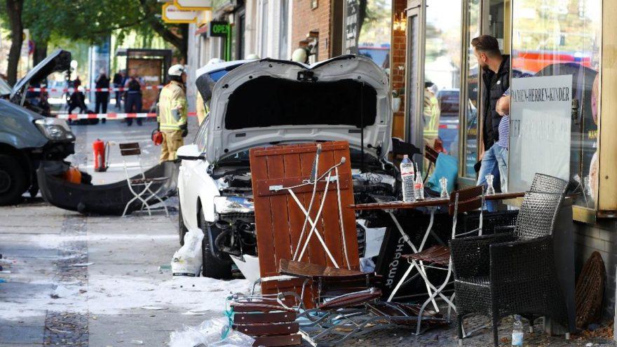 Berlin'de korkunç olay… Araçla kafeye daldı