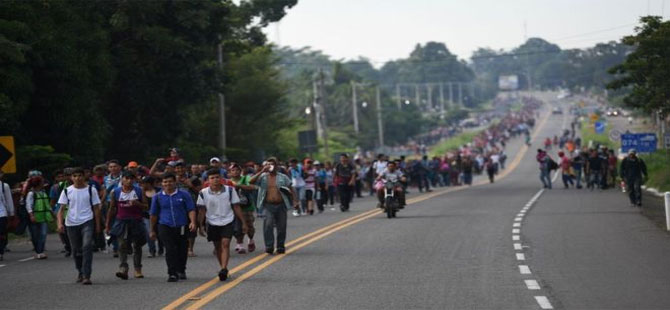 Orta Amerikalı binlerce göçmen neden ABD'ye yürüyor?