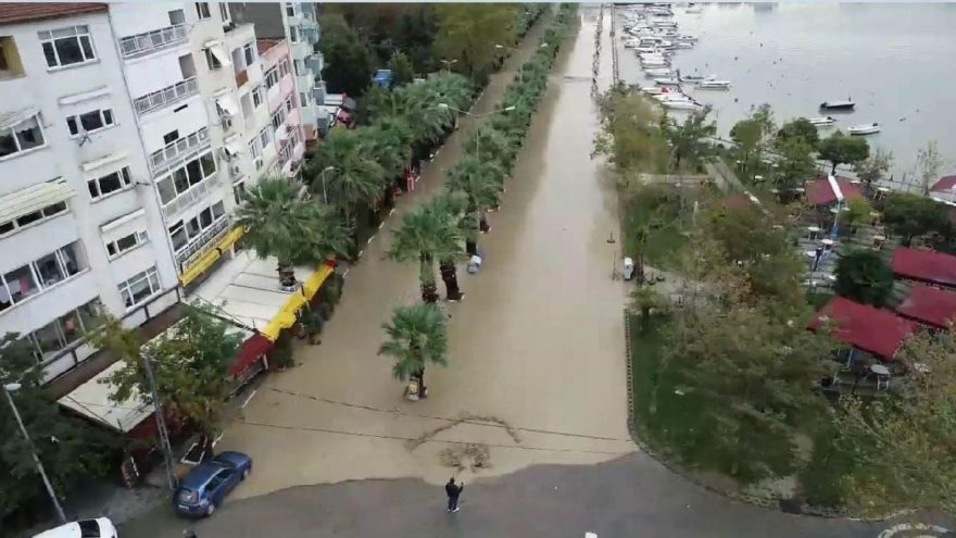Silivri'de yoğun yağış sahil yolunu sular altında bıraktı!