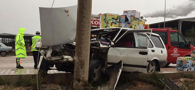 Otomobil direğe çarptı, sürücü araçta sıkıştı