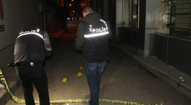 Cezaevi firarisi 2'si yoldan geçen 3 kişiyi vurdu