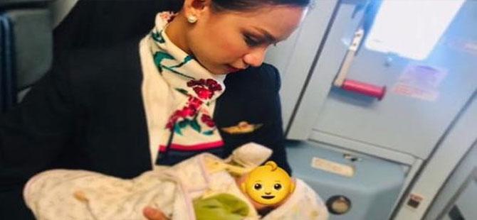Yolcu annenin sütü bitti, uçaktaki bebeği hostes emzirdi