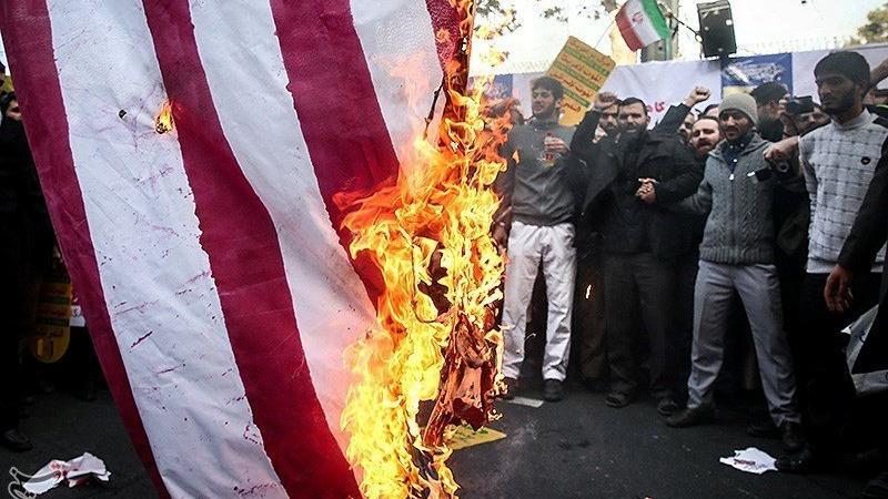 İran'da tansiyon yükseldi… Binlerce insan sokakta bayrak yakıyor