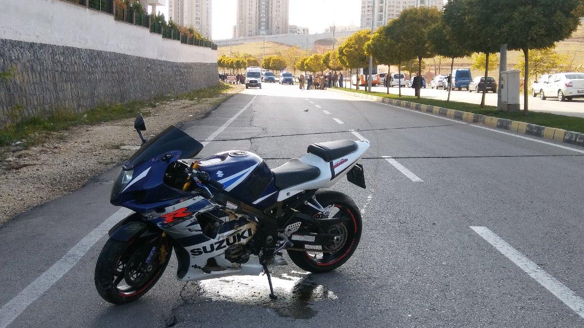 Motosiklet refüje çarptı: 1 ölü