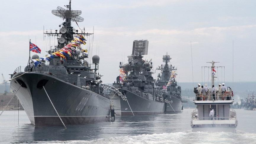 Rus savaş gemileri Boğaz'dan geçti