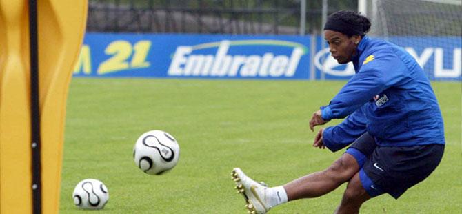 Ronaldinho'nun ülke dışına çıkması yasaklandı