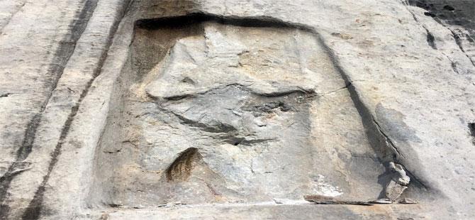 İzmir'de Hitit dönemine ait Karabel kaya kabartması, defineciler tarafından tahrip edildi