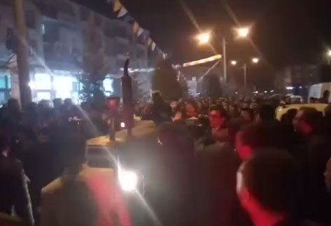 AKP'liler, Saadet Partisi konvoyunun önünü traktörle kesti