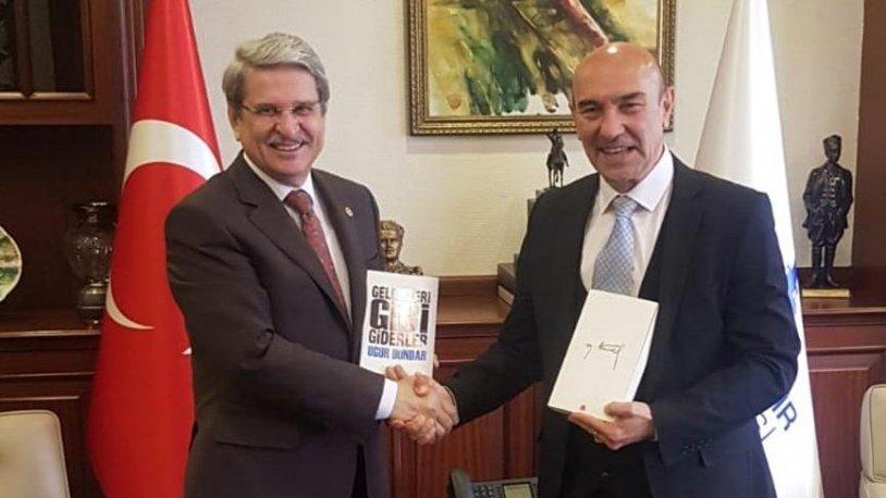 Aytun Çıray, Tunç Soyer'e Yılmaz Özdil'in kitabını hediye etti