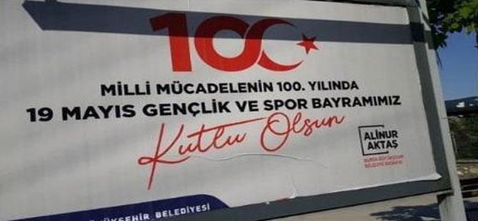 'Atatürk'süz afişe güldüren savunma!
