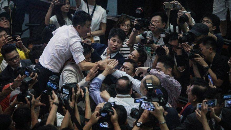 Hong Kong'da parlamento karıştı… Milletvekili hastanelik oldu!