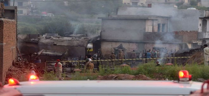 Pakistan'da askeri uçak evlerin üzerine düştü: En az 17 ölü