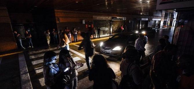 Venezuela'da ülke genelinde elektrik kesildi, hükümet 'Elektromanyetik saldırı' diyor