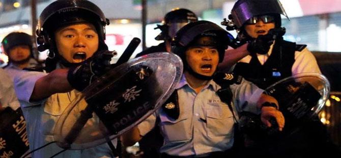 Hong Kong'da protestolar – Polis ilk kez silah çekip TOMA kullandı