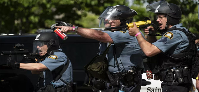 George Floyd protestolarını takip eden CNN ekibi canlı yayında gözaltına alındı