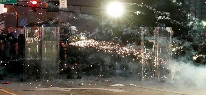 George Floyd protestoları kontrolden çıktı: 16 eyaletteki 25 şehirde sokağa çıkma yasağı ilan edildi