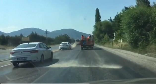 Asfalta kum dökme foto videodan alınan 2