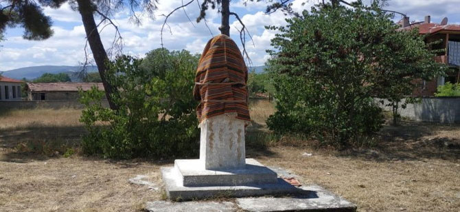 Atatürk heykelini bezle örttüler