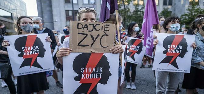 İstanbul Sözleşmesi'nden çekileceğini açıklayan Polonya'da protesto gösterileri
