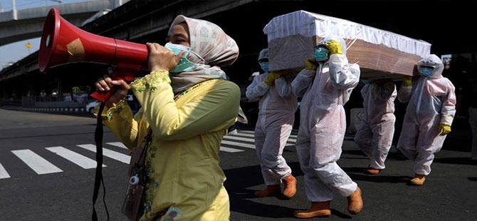 Sokaklarda boş tabutlar gezdirip maske kullanımını teşvik etmeye çalışıyorlar