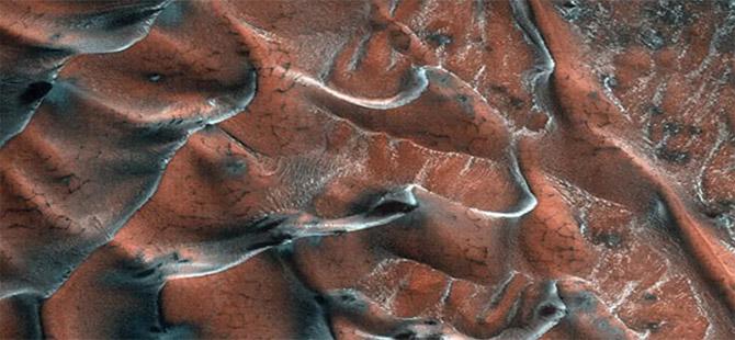 NASA, Mars'tan yeni fotoğraflar paylaştı: Buzla kaplı kum tepeleri görüntülendi