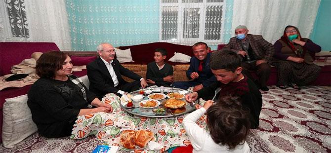 Kılıçdaroğlu, Çubuk'ta linç girişiminde kendisine evini açan aile ile iftar yaptı