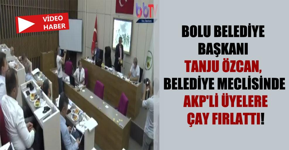 Bolu Belediye Başkanı Tanju Özcan, belediye meclisinde AKP'li üyelere çay fırlattı!